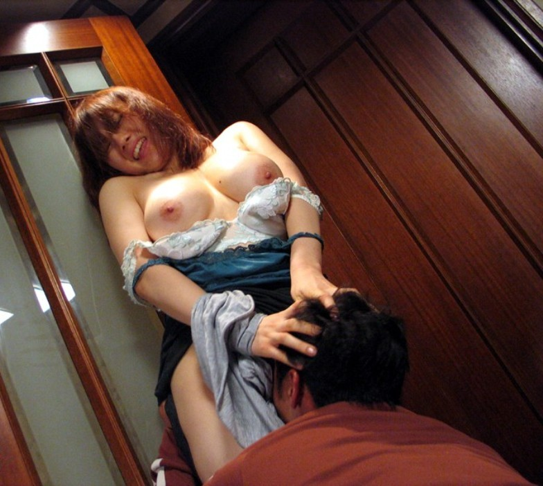 【愛撫エロ画像】変態ナメたら舐められたw立ち状態のクンニ責めでKO寸前の女子(*´д`*)