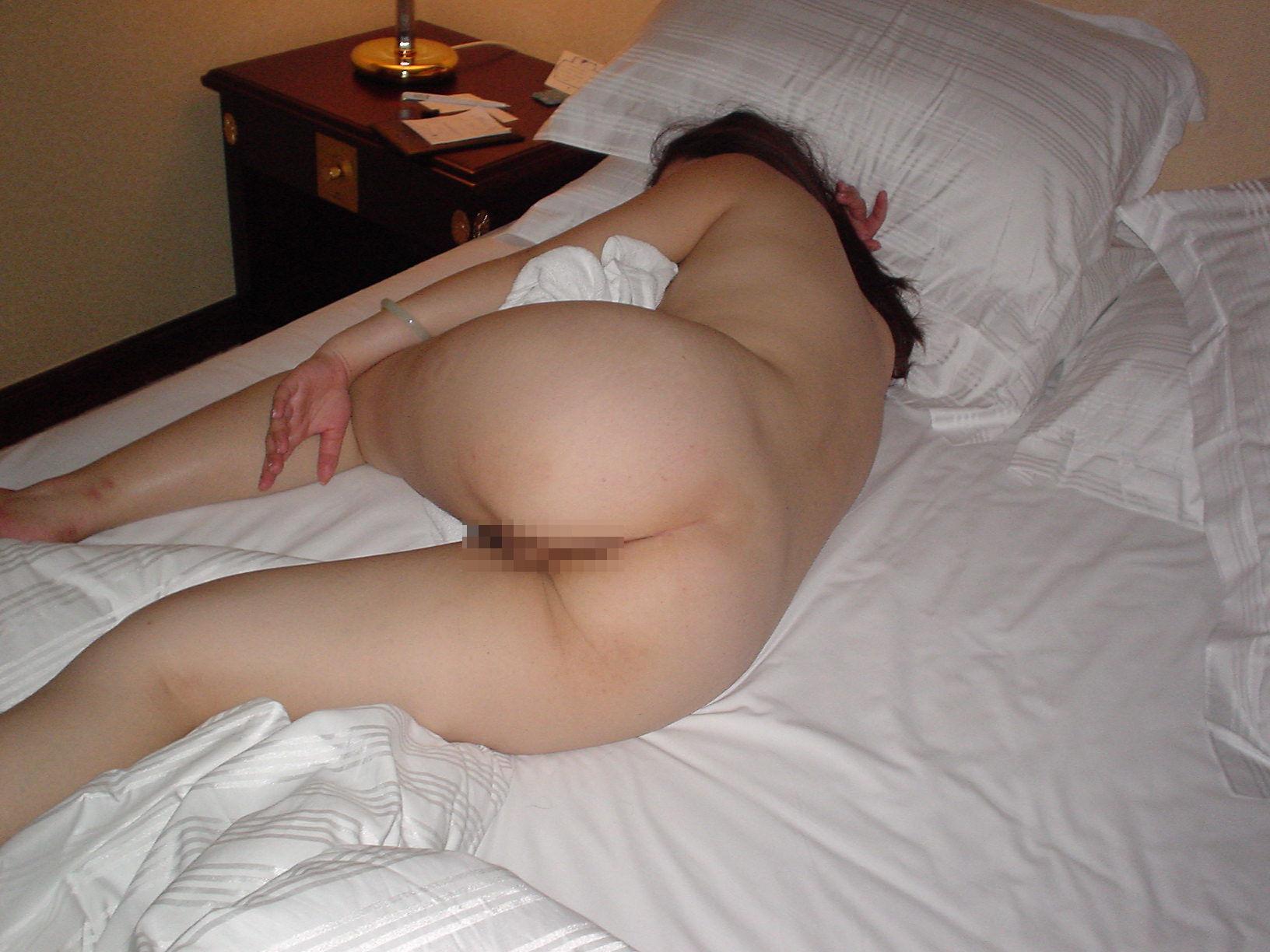 【夜這いエロ画像】行為後の尻は基本的に丸出しwリア充の特権な寝ている生尻をひっそり激写(*´Д`)