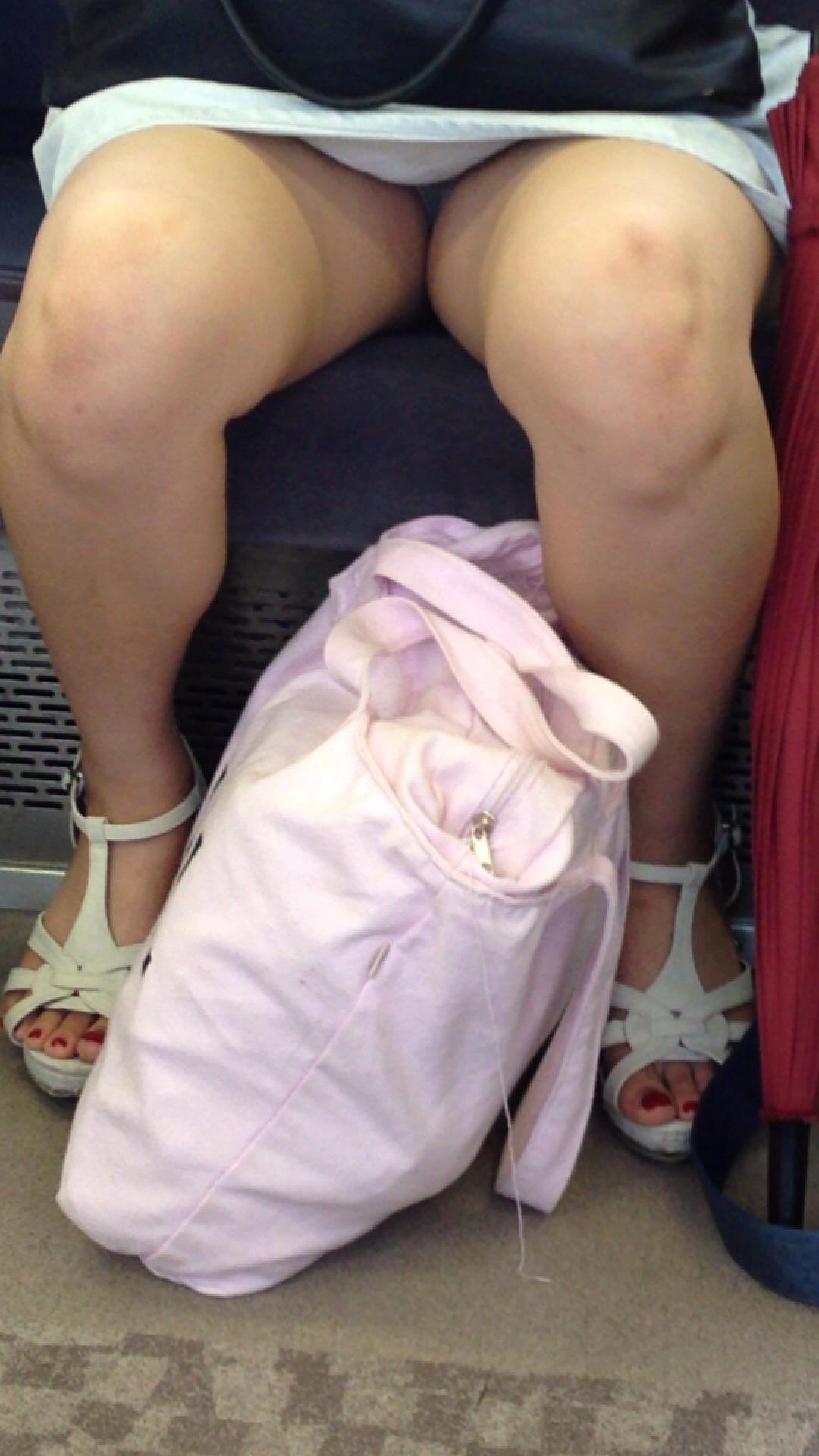 【パンチラエロ画像】電車内はパンチラの宝庫w対面座って寝てる場合じゃございません|・`ω・)