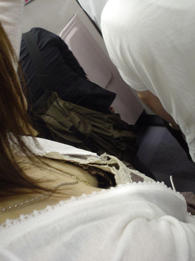 【電車内胸チラエロ画像】おっぱいチラリが見れたら座らなくても全然いいよなwww