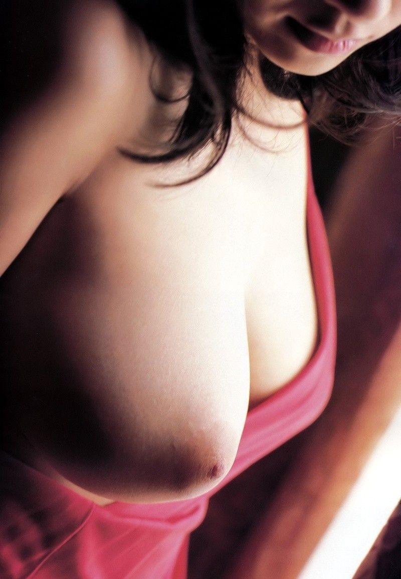 【おっぱいエロ画像】まずは1つだけ…大人だけど授乳されたくなる片乳出し(*´д`*)