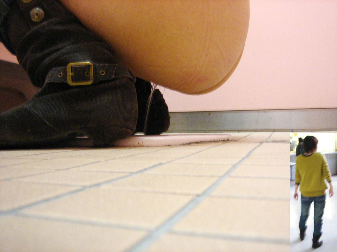 【盗撮エロ画像】打ち合わせ済って言わないでw未だ需要の多い和式で放尿の瞬間を激写!|ω・`)