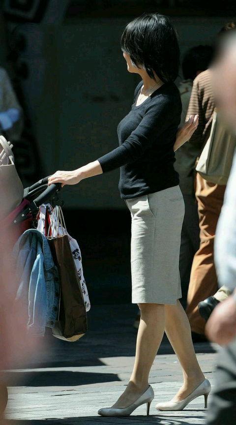 【ママエロ画像】出産を経ただけにこのボリューム!目が離せないママの着胸(*´д`*)