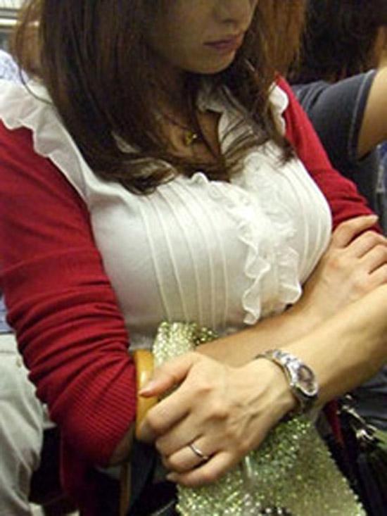 【巨乳エロ画像】目立たせた方が足元見えて安全な説w隠してない興奮誘う着衣巨乳撮り(;´Д`)