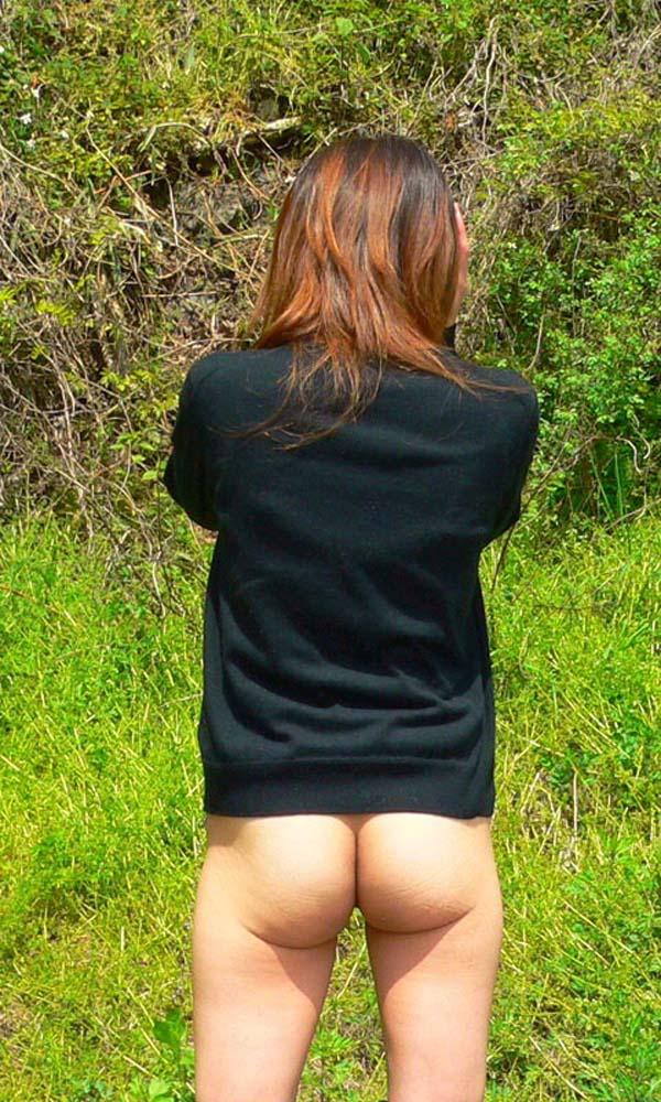 【露出エロ画像】明らかなヤッてアピールを野外で…露出マニアの尻見せポーズ(*´Д`)