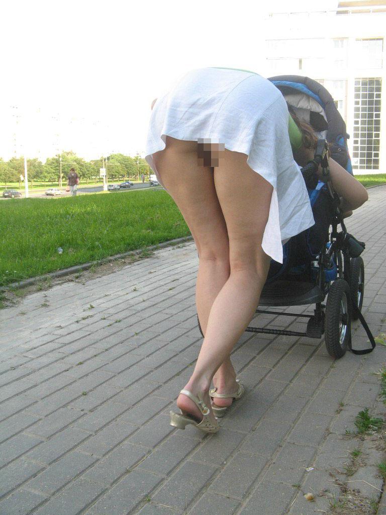 【ノーパンエロ画像】これも露出プレイの一環!?本当に履いてない人の剥き出し局部(;´Д`)