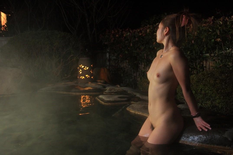 【入浴エロ画像】お風呂でリラックス中な美女の掬い上げたい湯面に浮かんだ女肉(*´Д`)