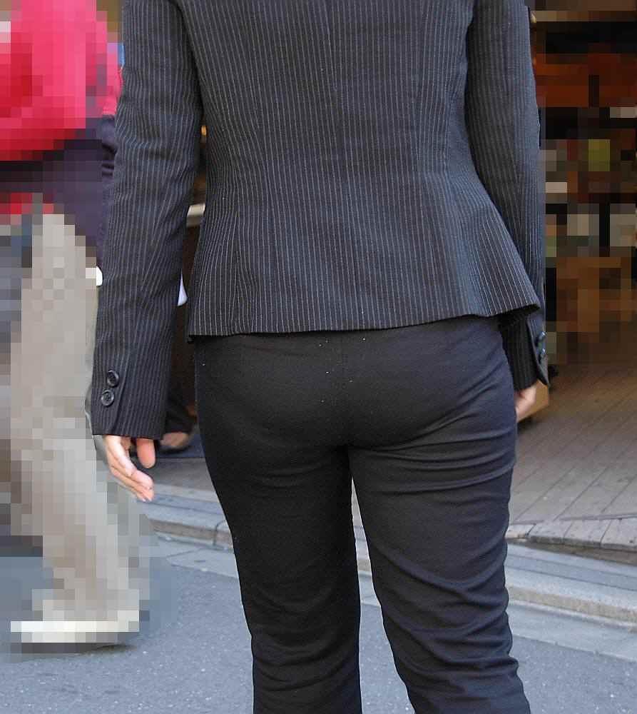 【働く女性エロ画像】尻と股がこんなにもw社会の女の目に付くパンツスーツ姿(*´д`*)