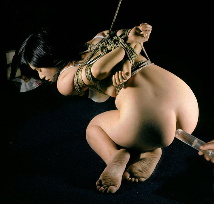 【SMエロ画像】やるなら事前に腸内洗浄をw大量浣腸の真っ最中なアナル奴隷の皆さん(;´Д`)
