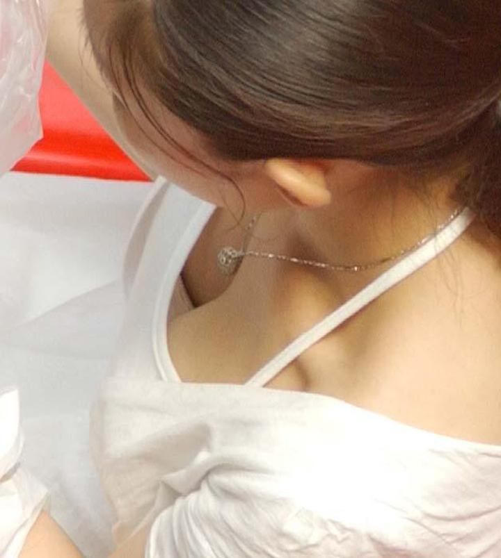 【胸チラエロ画像】もっと奥まで…下着の色もチェック漏れ忘れずに街角胸チラ(;´Д`)
