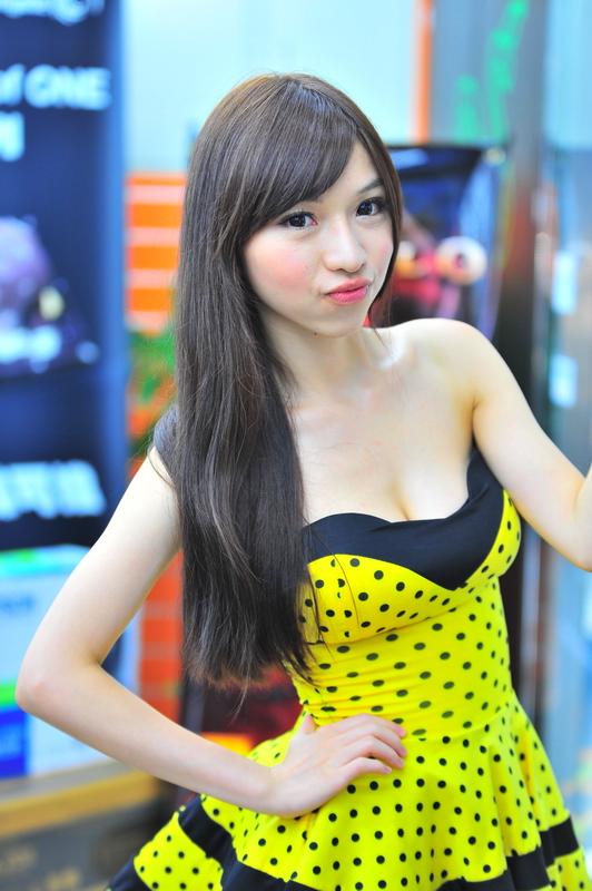 【キャンギャルエロ画像】巨乳見せつけ過ぎだ君達…スタイルの抜群さに定評ある台湾キャンギャル(;´Д`)