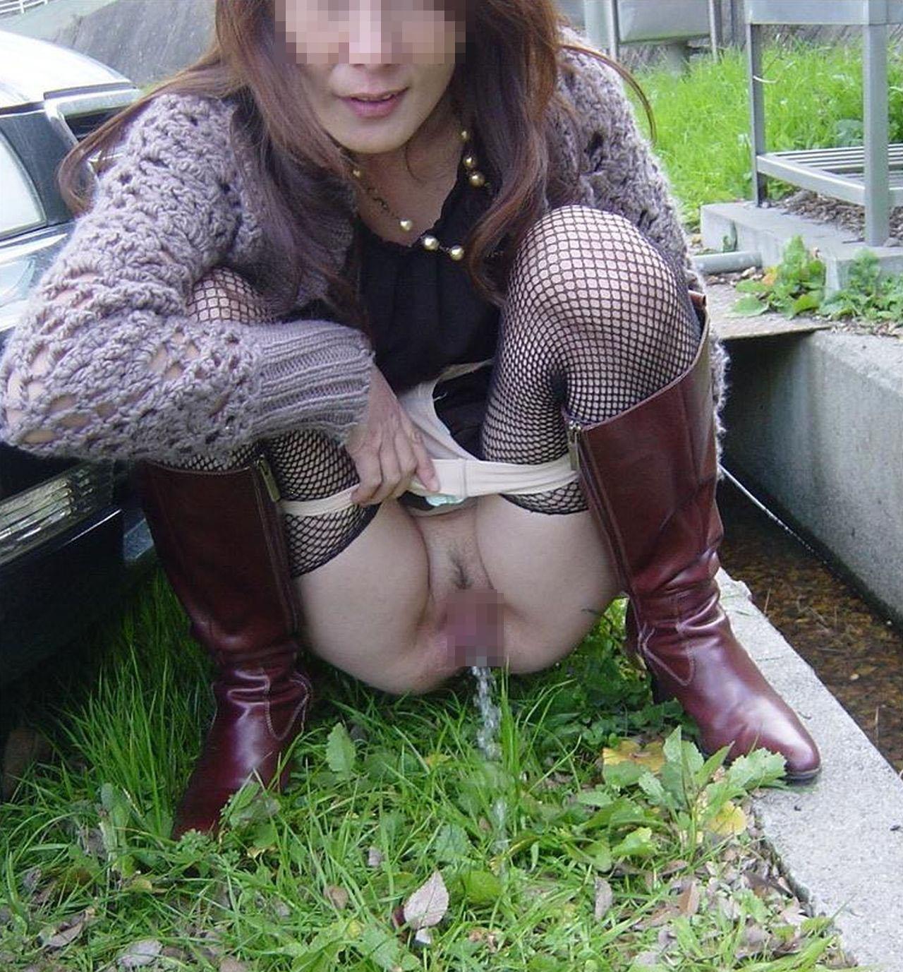 【放尿エロ画像】見たいなら説得が大事w女の子の大胆な放尿お披露目(*´Д`)