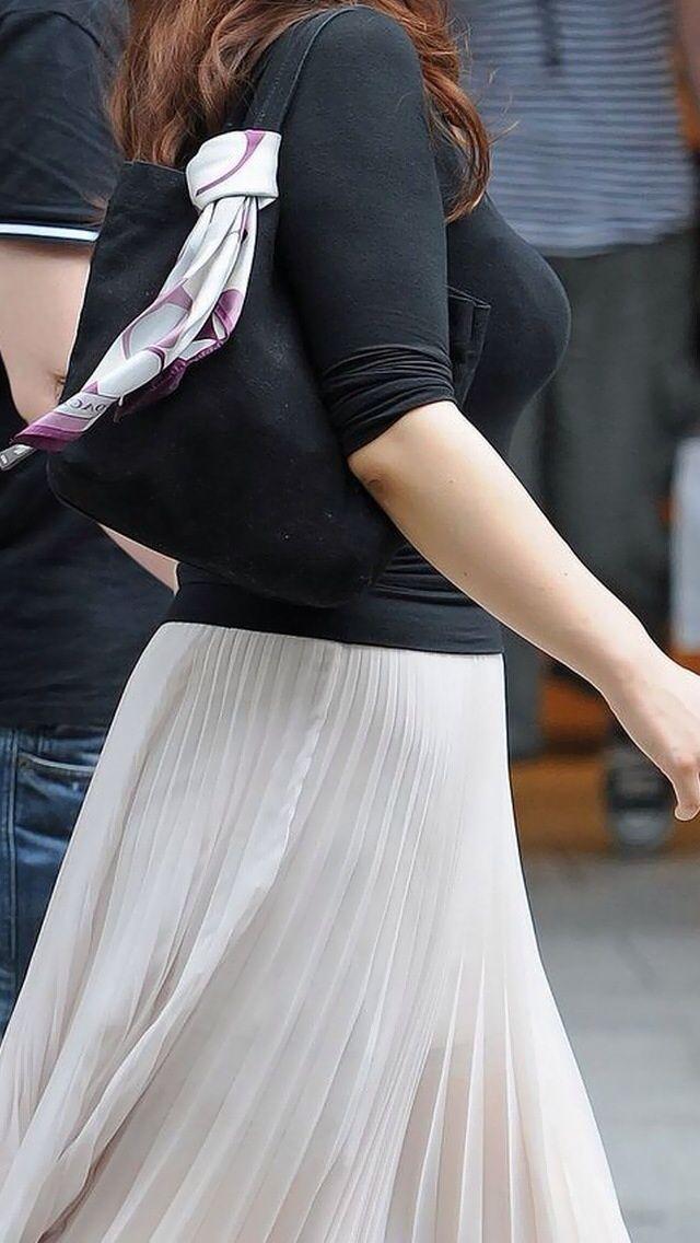 【着衣巨乳エロ画像】デカ過ぎおっぱいが隠し切れなくてエロ目線で見てしまうwww