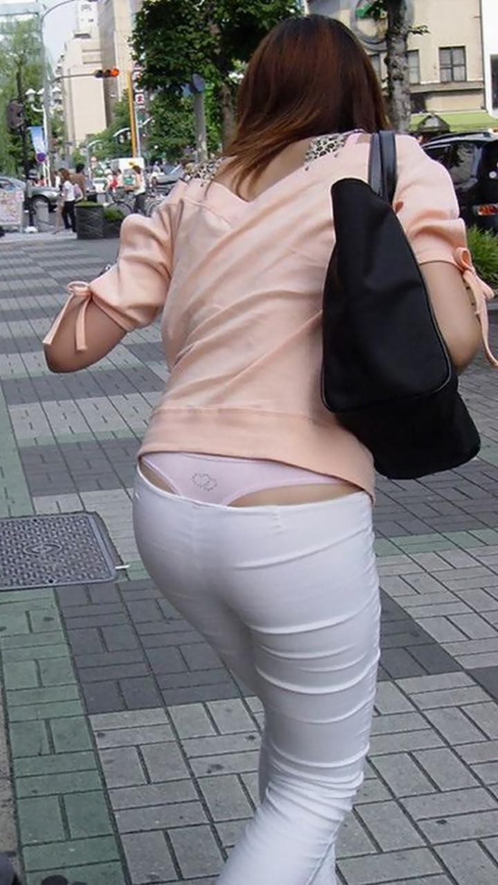 【ローライズエロ画像】向こうが勝手にハミ出したwタダ見パンツいいよねローライズ観察(;´Д`)