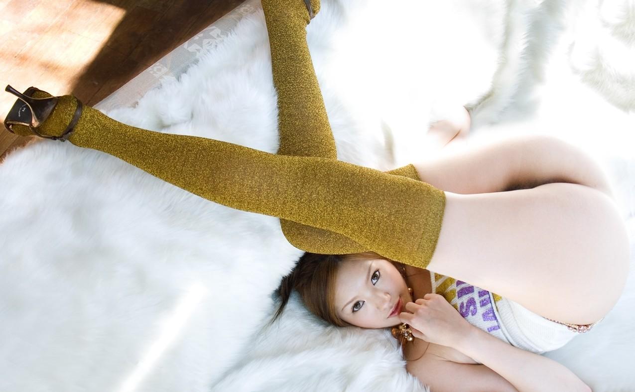【ニーソエロ画像】脚は隠して股間隠さずwだが燃える裸ニーソックス(*´Д`)