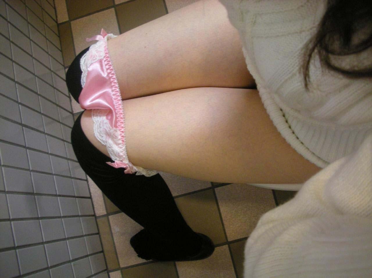 【トイレエロ画像】ユニットバスなら狙い目wシンプルに変態な放尿中の女に立ち合い(*´Д`)