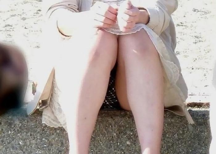 【パンチラエロ画像】雨止んでw天気の良い日だからよく見える野外座りパンチラ(;´Д`)