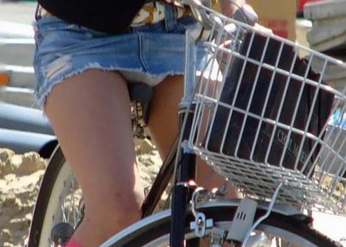 【パンチラエロ画像】一瞬の光景だから見逃せない!ミニ履いたら自転車に是非乗ってチラ見せて(*´Д`)