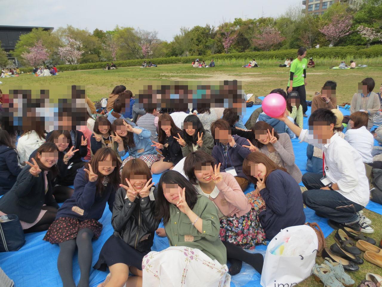 【パンチラエロ画像】僅かなチラリが全部持ってっちゃったw記念写真パンチラ(*´Д`)