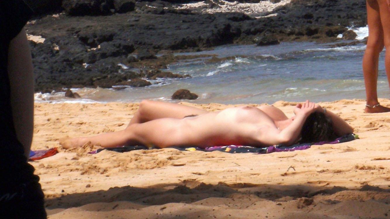 【海外エロ画像】碧眼美女が見事に丸出し!一度は行ってヤリたいヌーディストビーチ(*´Д`)
