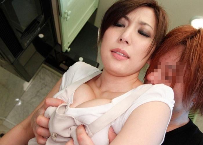 【乳揉みエロ画像】ブラが硬くてもめげない!セクハラっぽく服の上から乳弄り(*´Д`)