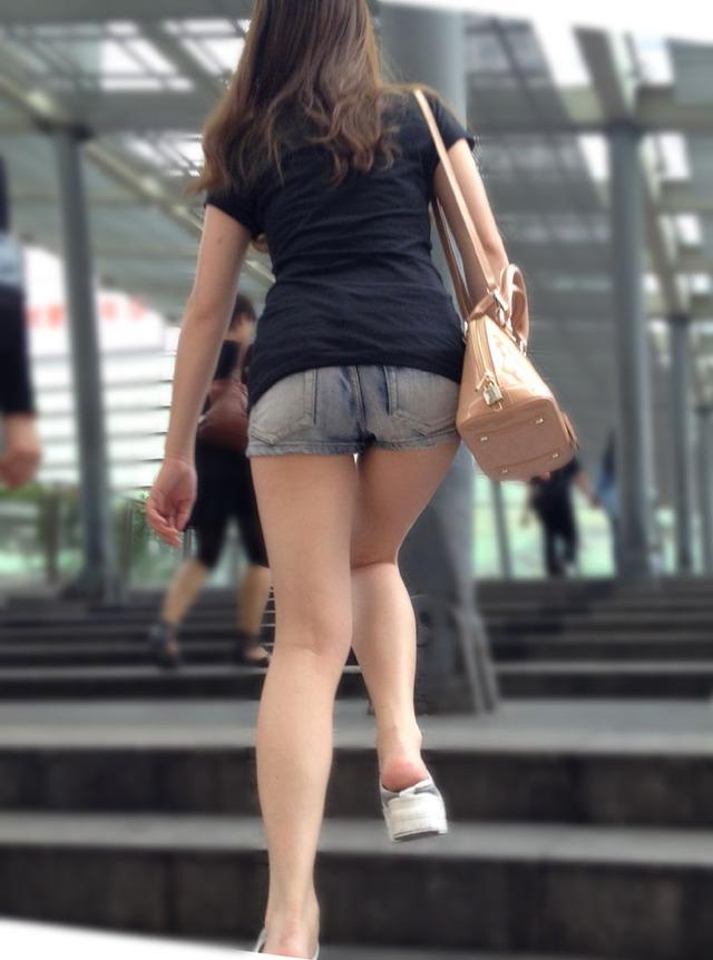 【素人街撮りエロ画像】ショーパンから伸びる美脚お姉さんの生脚がやっぱ最強w