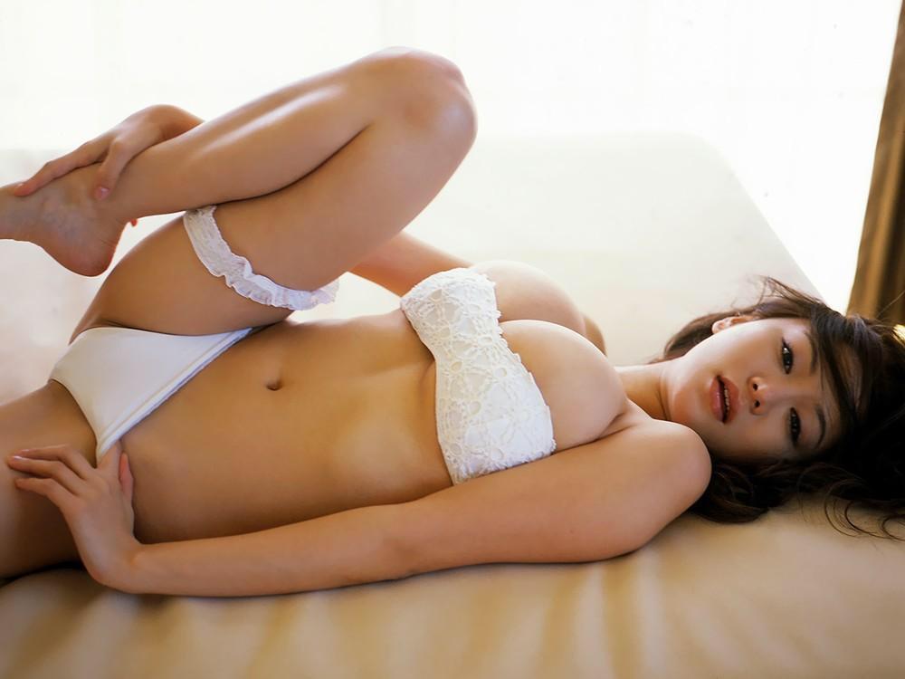 【巨乳エロ画像】零れ落ちないなら引っ張らせて!肩紐なしの危なげなおっぱい(*´д`*)