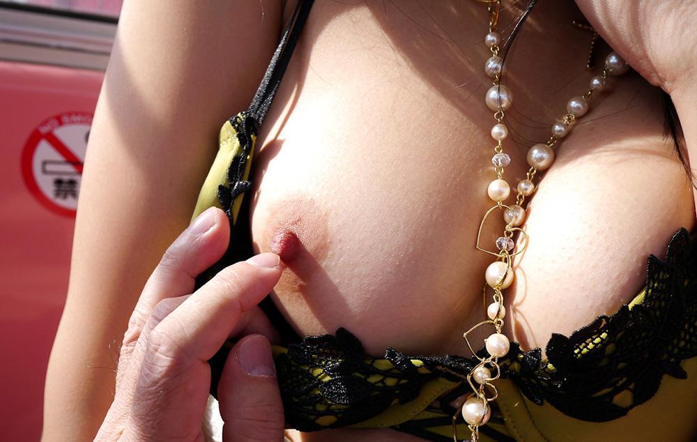 【乳首エロ画像】アップだと実物大!画面に吸い付くのは遠慮すべきな乳首接写(*´д`*)
