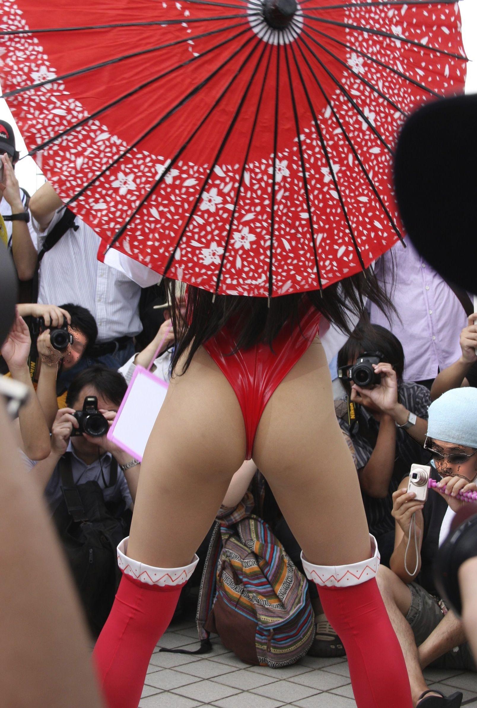 【コスプレエロ画像】パンモロと同等wハミ出しに擦りつけたいコスプレイヤーの美尻(;´Д`)