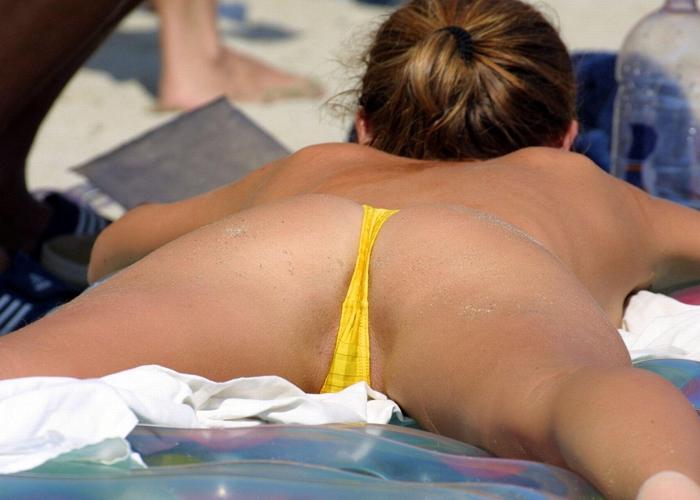 【海外エロ画像】向こうのビーチはデフォで尻丸出し!Tバックビキニが時にヤバげな金髪美女たち(*´д`*)