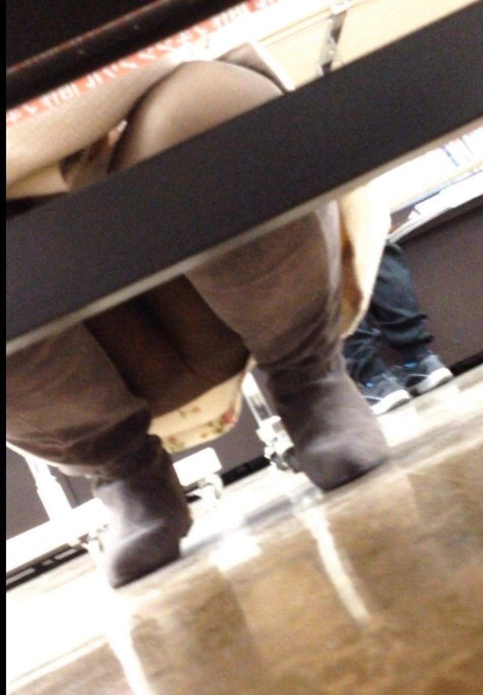 【パンチラエロ画像】店内の棚下覗けばパンツだらけ!ミニスカ客は見逃さず観察(*´Д`)