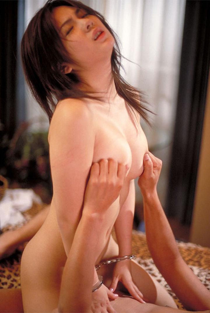 【セックスエロ画像】揺れ方卑猥だから無意識の内に…乳揉みながら騎乗位で盛り中(;´Д`)