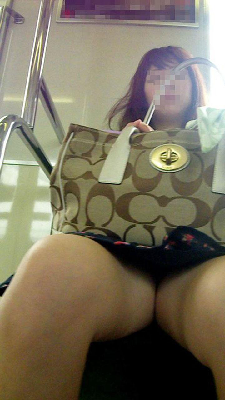 【パンチラエロ画像】この為に電車通勤とか…日課もあり得る対面パンチラ(*´Д`)