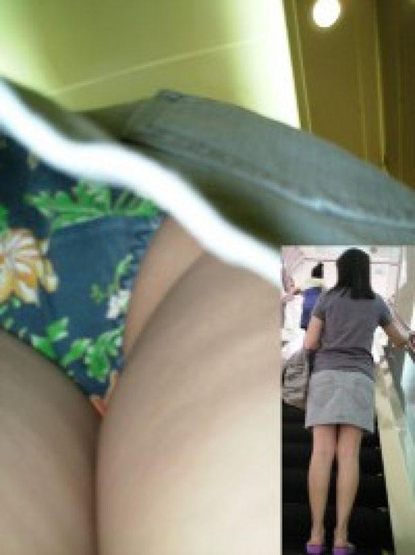 【パンチラエロ画像】この時期ならば鳥肌も…尻まで網羅の逆さ撮りパンチラ(;´Д`)