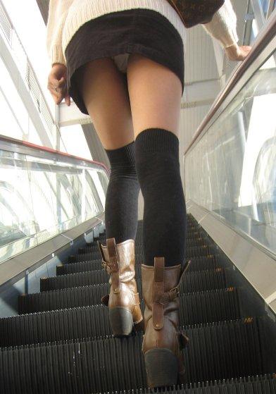【パンチラエロ画像】魅惑のローアングル!ミニスカが階段上がれば見事にフラグ(*´Д`)