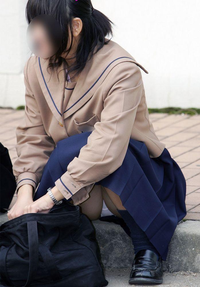 【JKパンチラエロ画像】しゃがんだり座り込んだ女子校生のパンツを盗撮したったwww