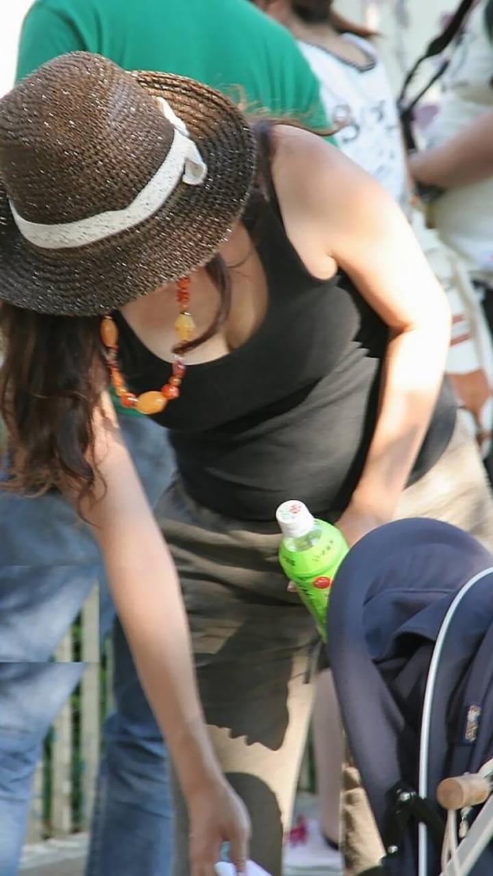 【胸チラエロ画像】やたらと前のめるママさん多くて…見逃せないチラつく膨らみ(*´Д`)