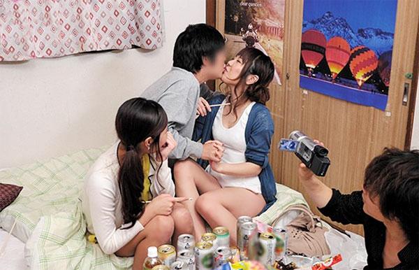 【盗撮エロ動画】美人女子大生と宅飲みとなったら王様ゲームするっきゃねぇ!w