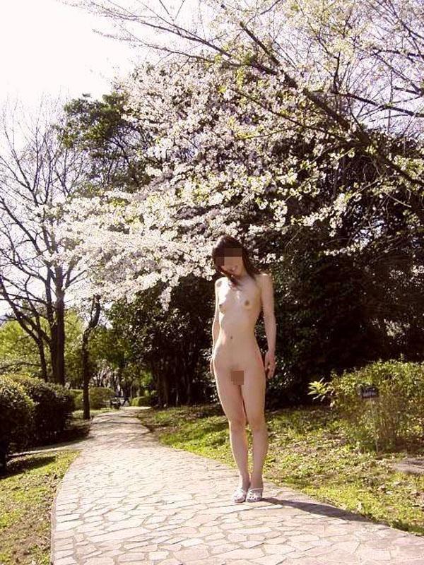 【露出エロ画像】新春を飾る…訳がないw初日の出に合わせて変態さんの露出の勇姿(;´Д`)