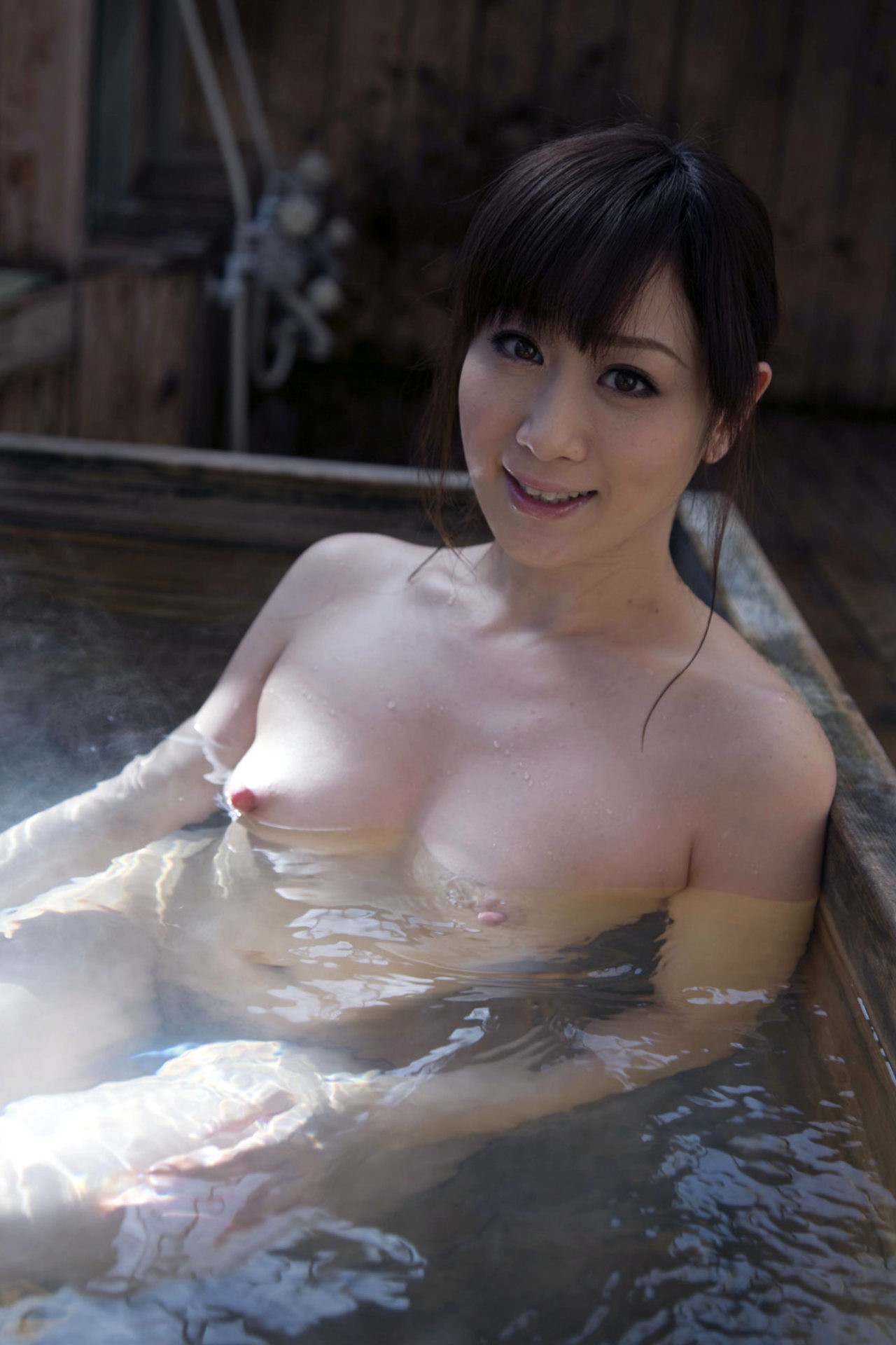 【美乳エロ画像】湯船に浮かんでフリーダムw入浴中の暖かそうな絶品おっぱい(*´Д`)