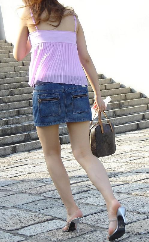【パンチラエロ画像】履いたらほぼ下着見られますwパンチラしやすさに定評あるデニミニ(*´Д`)