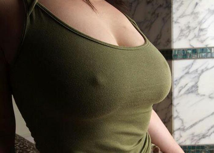 【ノーブラエロ画像】玄関開けたら奥さんが…遭ってみたいノーブラ乳首ポチ