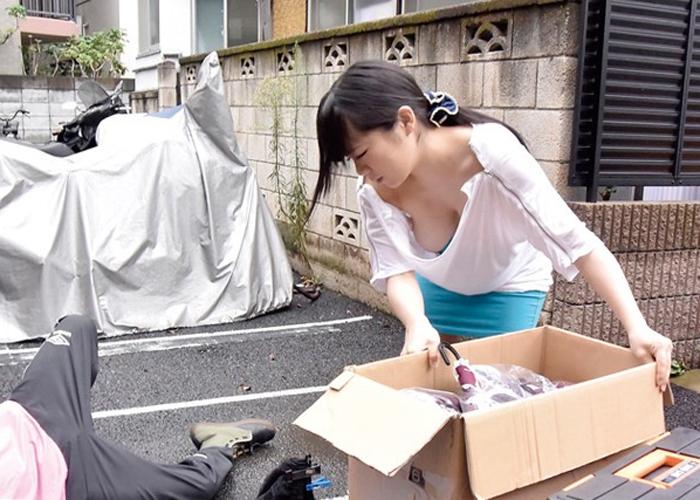 【エロ動画】着替えの瞬間を狙われた!会場近くの巨乳レイヤーと野外で性交(*゚∀゚)=3