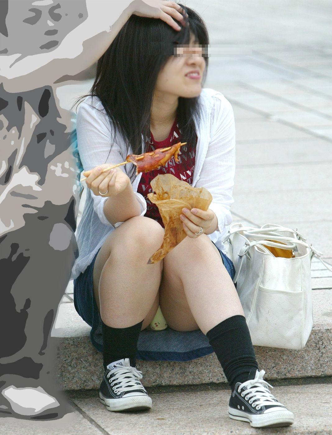 【パンチラエロ画像】絶対にわざと見せてるwミニで座ると当然丸見えになるおパンツ(*´Д`)