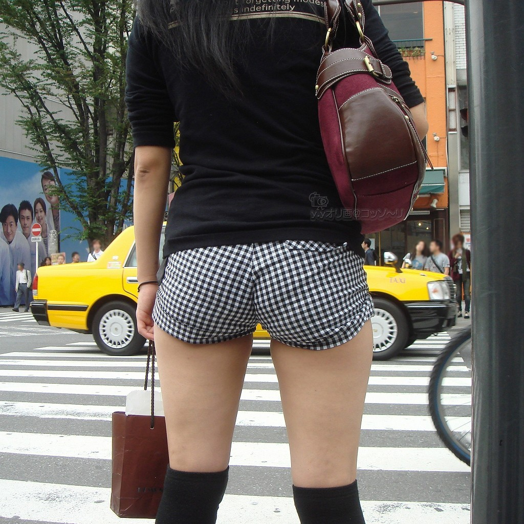 【ショーパンエロ画像】お尻出てますよ!でも平気で歩くショーパン女子の限界超え下半身(*´Д`)