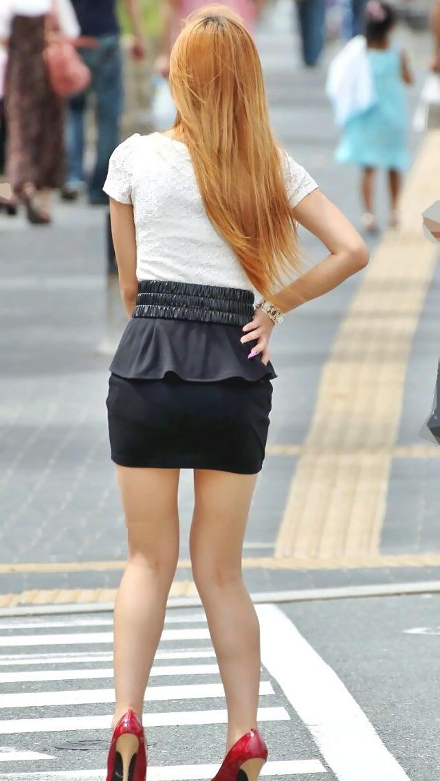 【脚フェチエロ画像】ミニスカートで生脚を惜しげもなく露出してるお姉さんがたまらん!!!