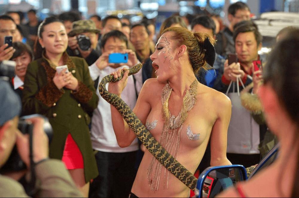 【キャンギャルエロ画像】隣国は過激露出!お触りしたくなるセクシーキャンギャルの皆様(*´Д`)