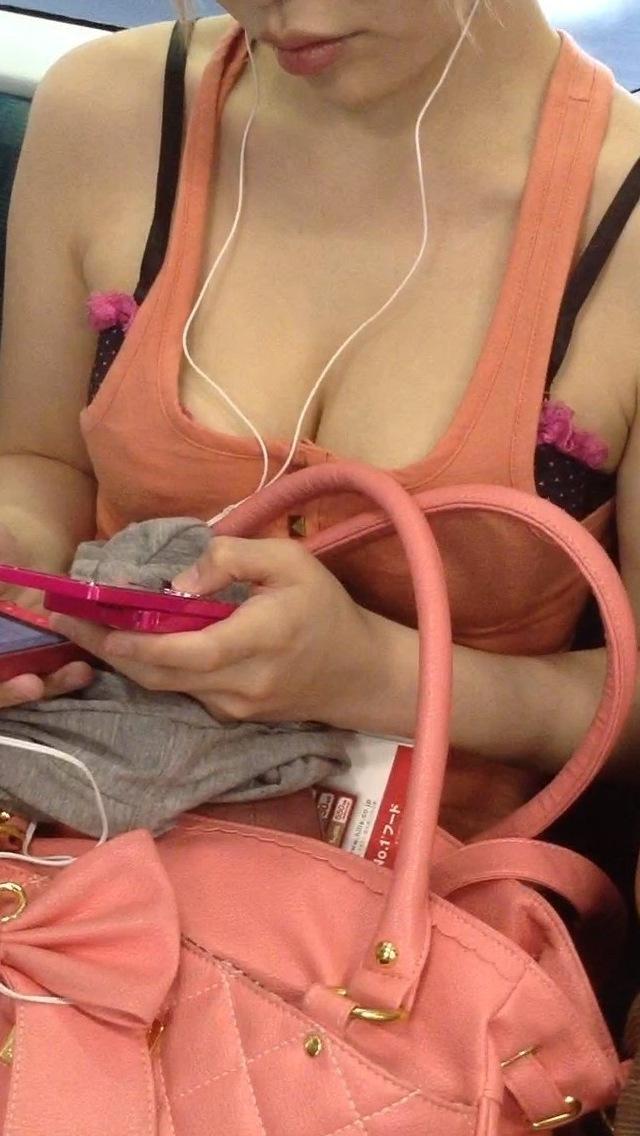 【巨乳エロ画像】満員でも触れるとマズイねw目の保養に電車で揺られる着衣おっぱい(;´∀`)