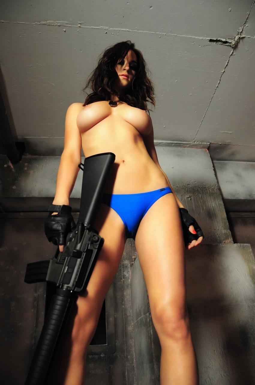 【フェチエロ画像】別のものに撃ち抜かれましたw銃器を持ったセクシー美女(;゚Д゚)