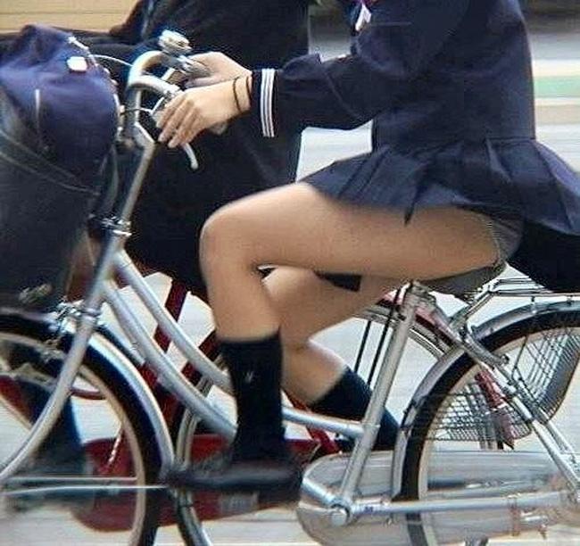【パンチラエロ画像】目撃次第、斜め前をキープ!見えて嬉しい自転車パンチラ(*´Д`)
